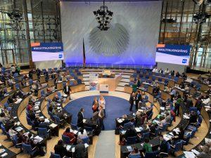 Und hier sehen Sie den Plenarsaal in seiner ganzen Pracht. Zum Vergrößern bitte Bild anklicken.
